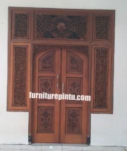 Pintu Masjid Ukir Kaligrafi